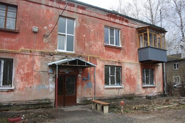 Это очень маленький дом и у него очень большие окна. Их пропорции относительно основного объёма делают их ещё больше, чем они есть на самом деле.