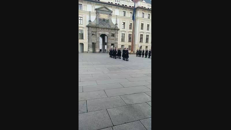 Смена почетного караула в Пражском граде.