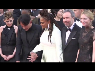 Kristen Stewart dances on the red carpet at Cannes2018 opening night