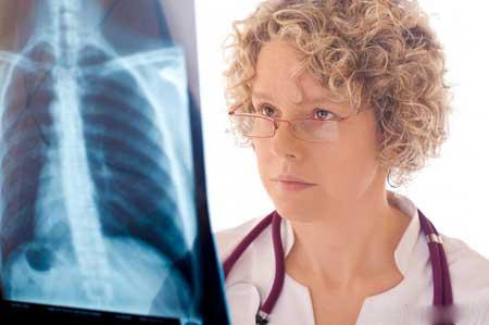 Врачи используют рентгенографию грудной клетки, чтобы найти признаки респираторных заболеваний, таких как бронхит, пневмония или плеврит, которые могут вызвать боль в груди и кашель.