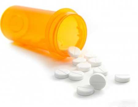 Боль в горле, вызванная бактериями стрептококка, может вызвать боль в груди, если инфекция распространяется, поэтому важно лечение антибиотиками
