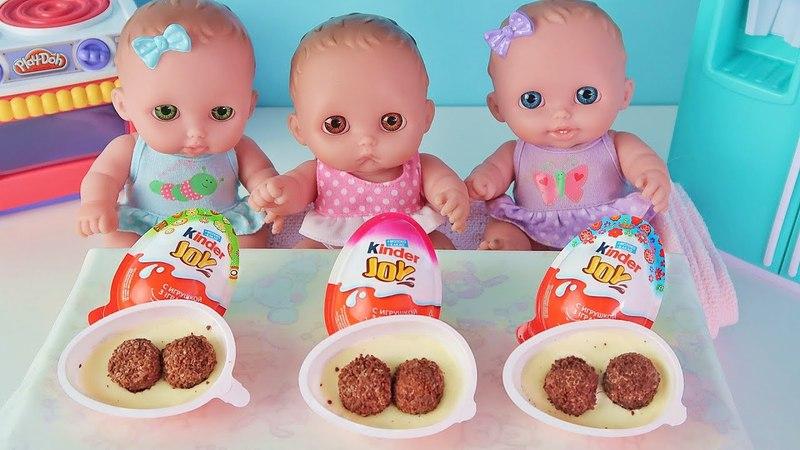 Куклы Пупсики кушают и открывают Яйцо Киндер Джой Сюрпризы. Детский канал для девочек Зырики ТВ