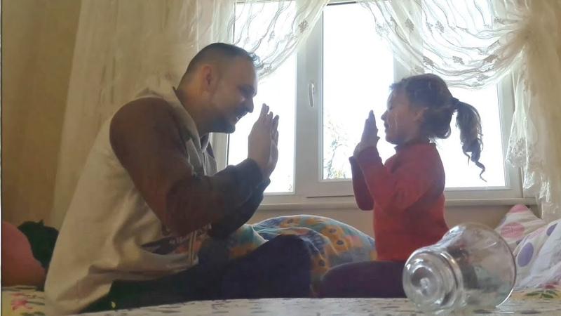 Babasıyla El Çırpma Oynayan Küçük Kız
