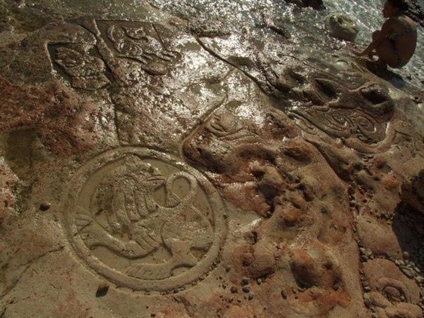 загадочные рисунки на мысе херсонес на одной из каменных отмелей херсонесского мыса, на отрезке берега длиной около пяти метров неизвестные художники вырезали наскальные рисунки. выдвигаются