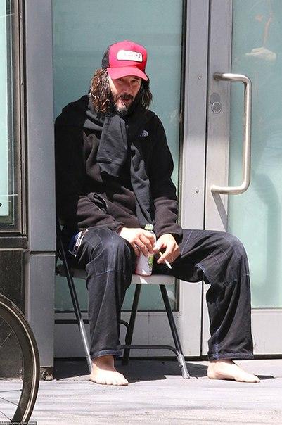 В кепке, с бородой и босиком: Киану Ривз снова грустит