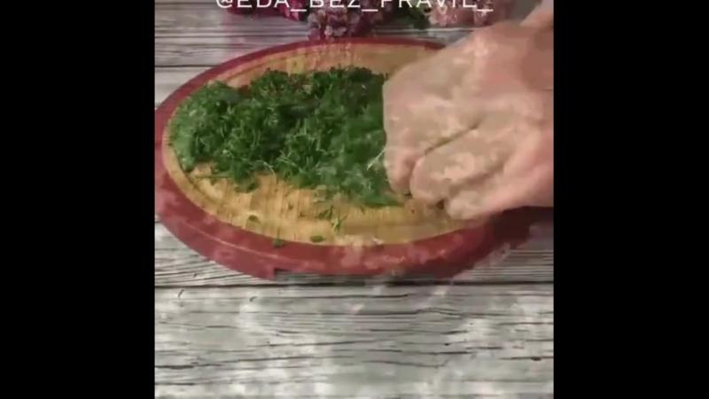 Вкусный рулетик с лососем и зеленью