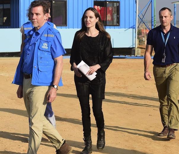 Анджелина Джоли посетила лагеря рохинья в Бангладеш Обладательница премии «Оскар» и посол доброй воли Управления Верховного комиссара ООН по делам беженцев Анжелина Джоли посетила лагерь