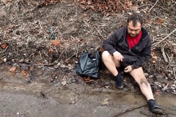 Как мужчина с «заминированным тапком» стал мемом и звездой таблоидов В первой половине мая мужчина по имени Дмитрий, живущий в одном из посёлков в Ленинградской области, на берегу Невы, стал