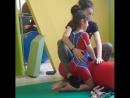 Учат держать опору на правую руку-лентяйку.
