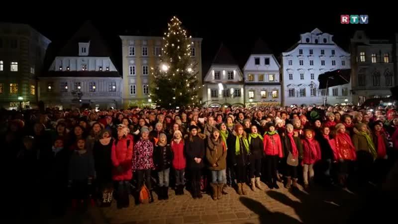 Der größte Chor Österreichs sang Stille Nacht am Stadtplatz Steyr