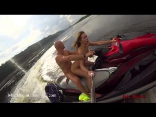 Лысый хер трахает свою милую подружку в попку, катаясь на водных лыжах(ПОРНО,pussy,tits,секс,домашнее,sex,porno,amateur)