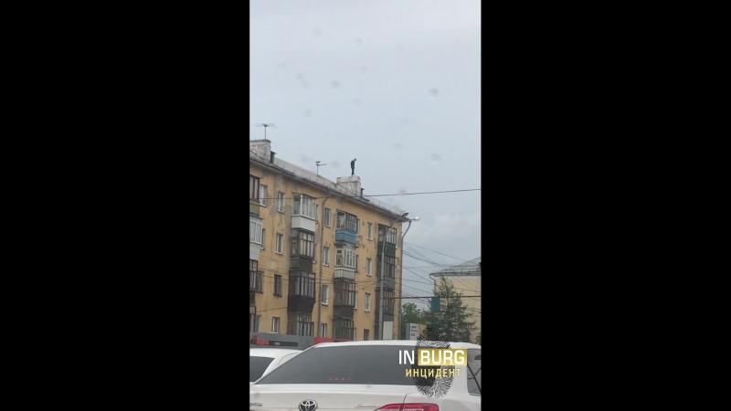 Космонавтов Красных командиров Паренёк стоит на крыше курит и шатается