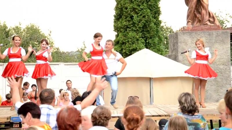 русский танец на дне города