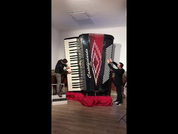 Un Vals frumos la cel mai mare acordeon din lume !