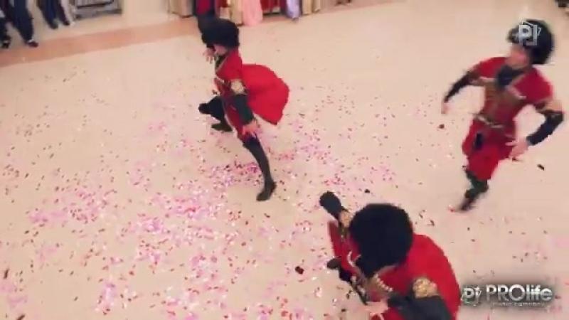 Зажигательная лезгинка от Данияла Алиева - Она красивая на Дагестанской свадьбе..mp4