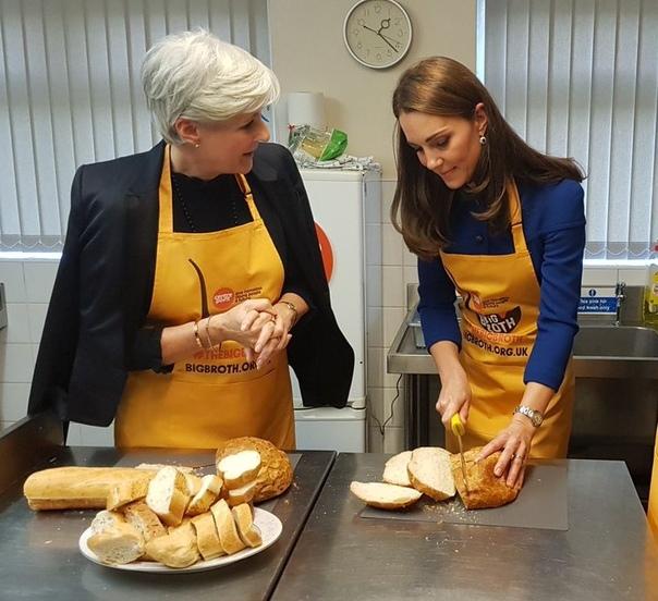 Кейт Миддлтон и принц Уильям открыли технологический центр и накормили бездомных в общежитии Сделав небольшой перерыв после участия в параде в честь 100-летия окончания Первой мировой войны и