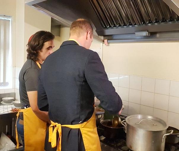 Кейт Миддлтон и принц Уильям открыли технологический центр и накормили бездомных в общежитии