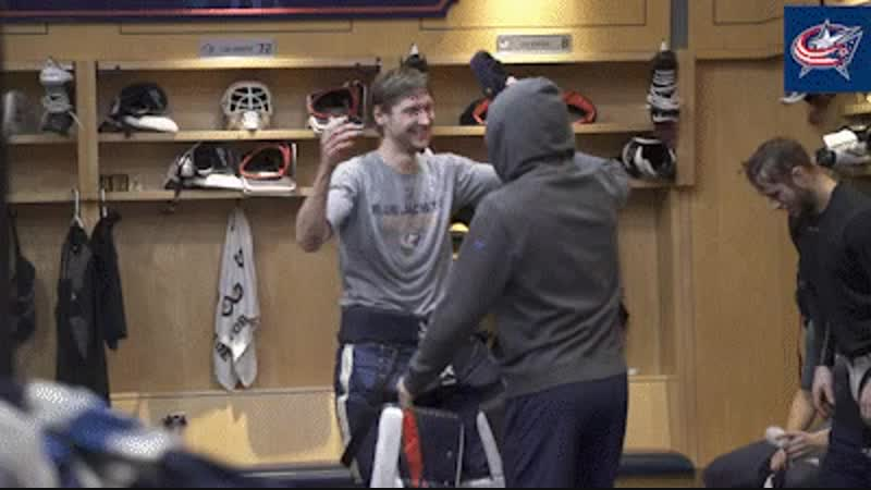 После победы над Вегасом, Сергею Бобровскому досталась кепка Жакетов.😉 И Тёма с удовольствием поздравил и передал кепку Бобу! Кр