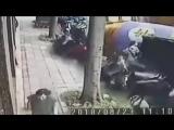 Мужчина чудом избежал страшной смерти под бетономешалкой