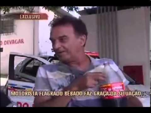 Bêbado bebe Coca Cola e arrota na cara da repórter