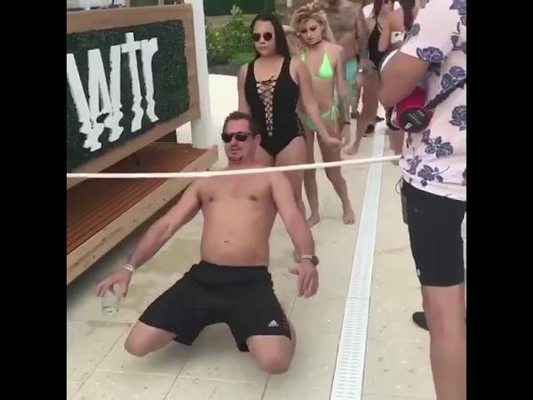 Лопнул купальник