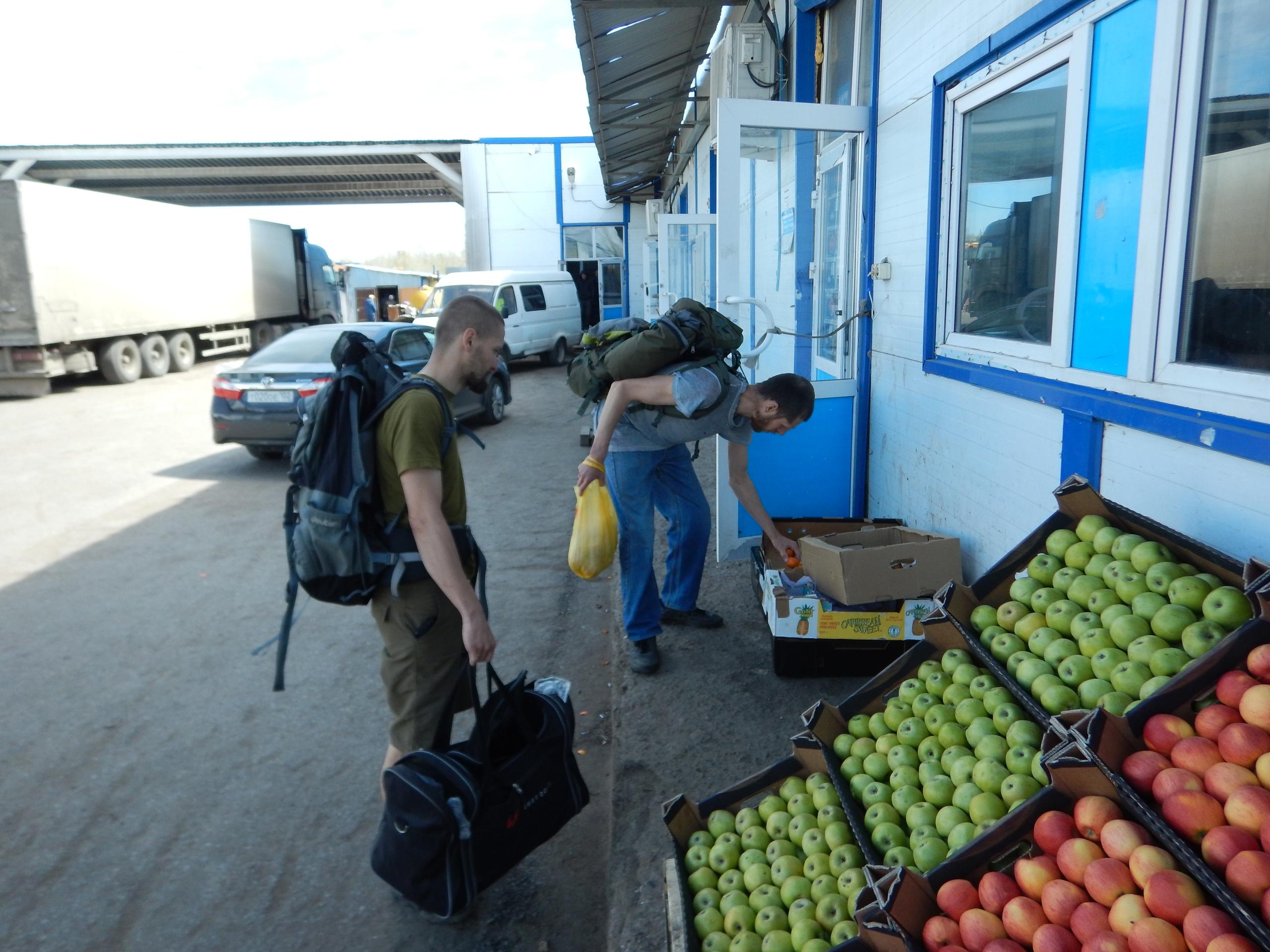 конфискация фруктов на рынке
