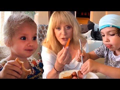 АЛЛА ПУГАЧЕВА с детьми - Лизой и Гарри на Кипре. Максим Галкин - оператор.