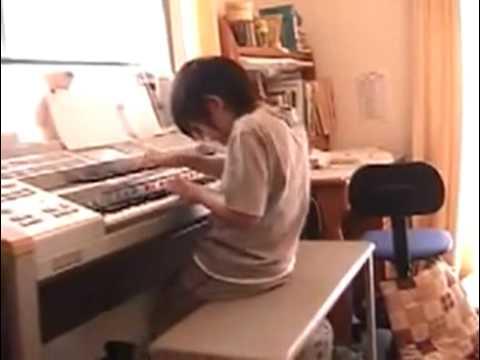 A 8 anni suona la Toccata e fuga di Bach con l'organo