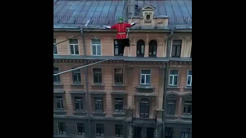 В центре Петербурга канатоходец в костюме британского гвардейца прошел по натянутому между зданиями канату