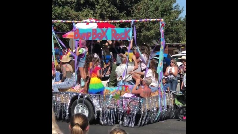 Пинк со своей семьей и друзьями приняла участие в ежегодном параде «Los Alamos Old Days Parade» (2018)