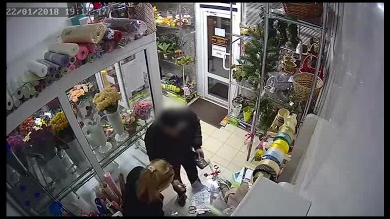 Мошенник из цветочного магазина попал на видео во Владикавказе