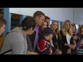 Игроки, наставники и болельщики ХК Рубин передают друг другу Рубиновое сердце с пожеланиями