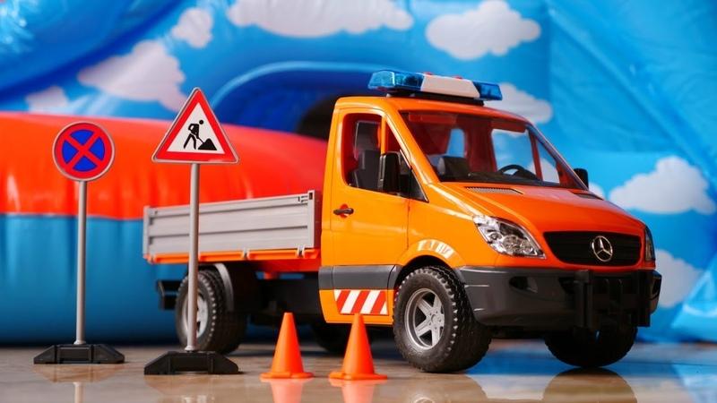 Vehículos de servicio. Evacuamos un camión de juguete. Vídeo para niños.