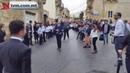 Мальтийский пастор на Porsche, который тянут дети