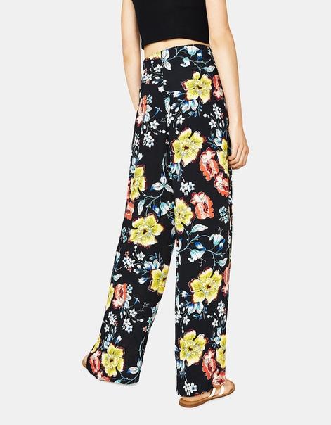 Широкие брюки с принтом.