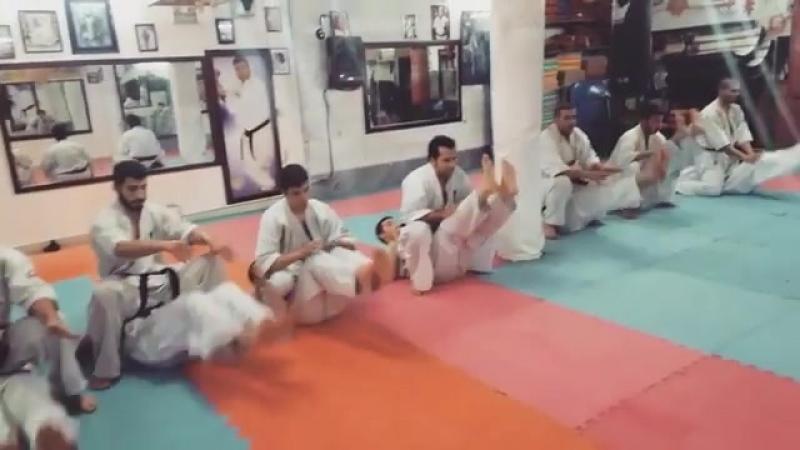 Отличное упражнение для крепкого пресса и сильных неутомимых ног в Кёкусинкай карате. Подготовка бойца. vk.com/oyama_mas