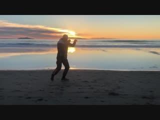 🎬Вечерняя тренировка на берегу Тихого океана Сергея Ковалева👊🏼🥊
