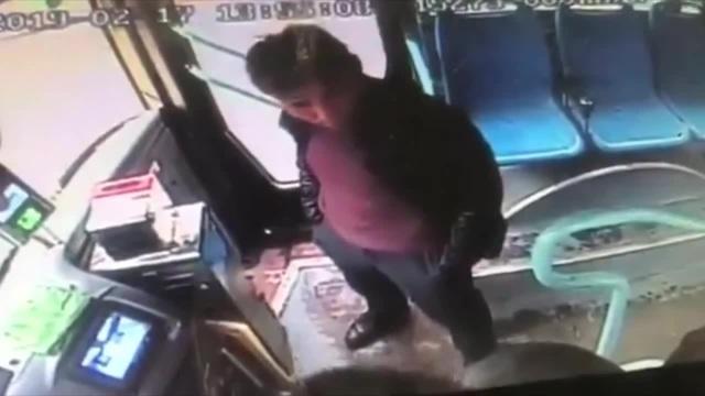 помощь из зала). пьяный конфликт с водителем разрешил другой пассажир, Хубэй, Китай 17 февраля 2019