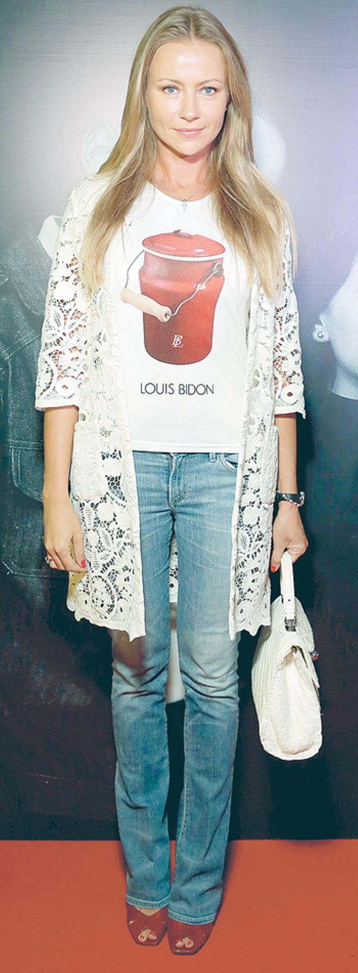 девушка в футболке с надписью луи бидон