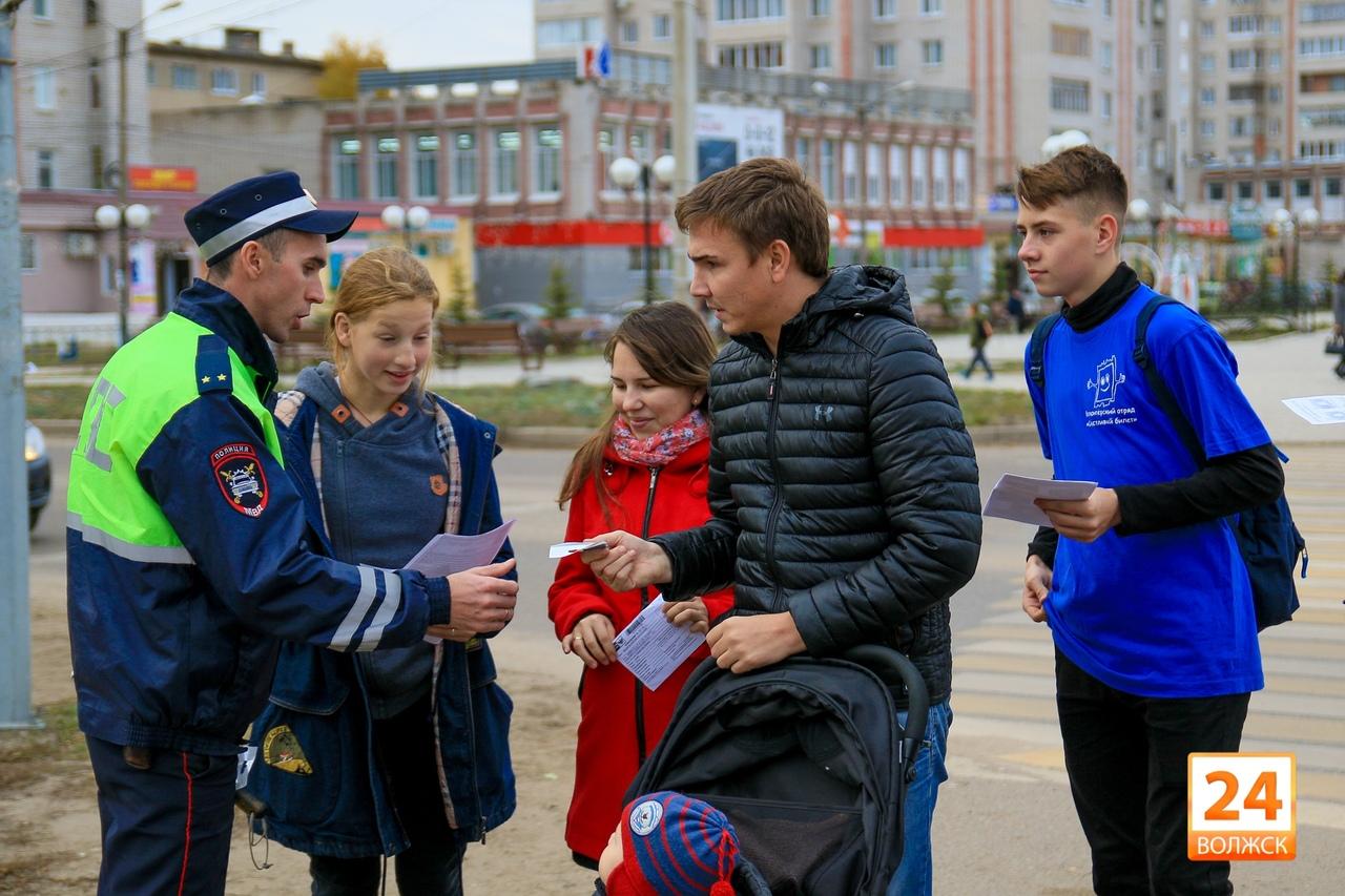 В Волжске сотрудники Госавтоинспекции и волонтеры отряда «Счастливый билет» провели профилактическое мероприятие в рамках операции «Пешеход»