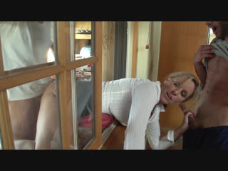 Jodi West. Застрявшую в окне мачеху поимели два добрых молодца. зрелка милфа мамка матура тёлка шлюха секс хардкор трах отсос ка