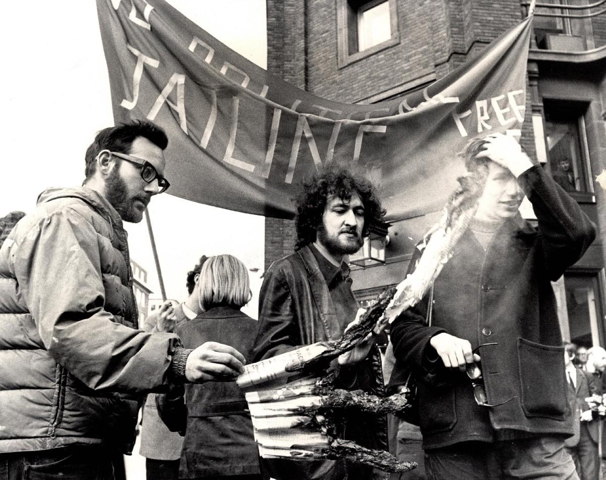 Студенты сжигают Financial Times, Лондон, 1967 год.