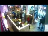 Охранник надавал лещей парню за прочтение рэпа в кафе