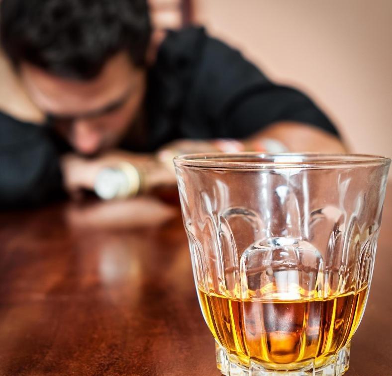 Алкоголизм увеличивает риск гиперурикемии.