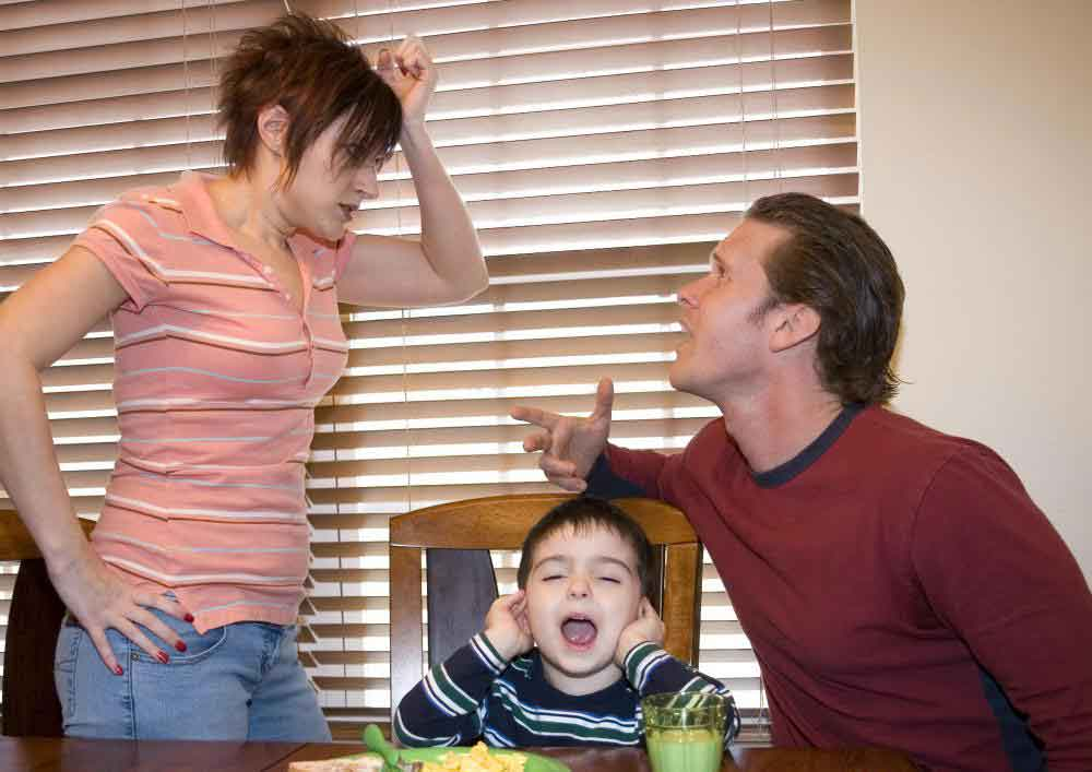 Проблемы дома между родителями могут привести к гиперактивности ребенка
