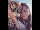 Девушка общается с гепардом