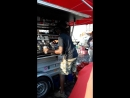 Знаменитый бариста на Рыбном рынке Гамбурга
