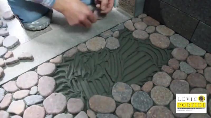 Декоративный пол из камней в душевой