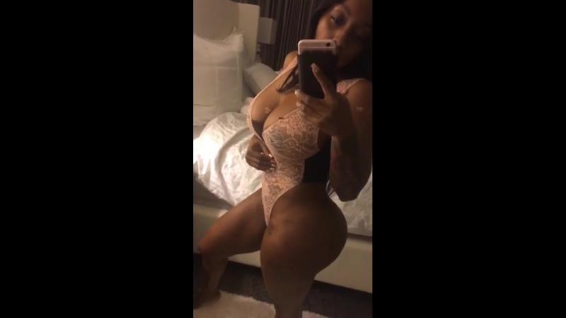 Сексуальная мулатка в прозрачном белье снимает себя на камеру засветила сиськи селфи фигуристая девушка большие сиськи жопа эро