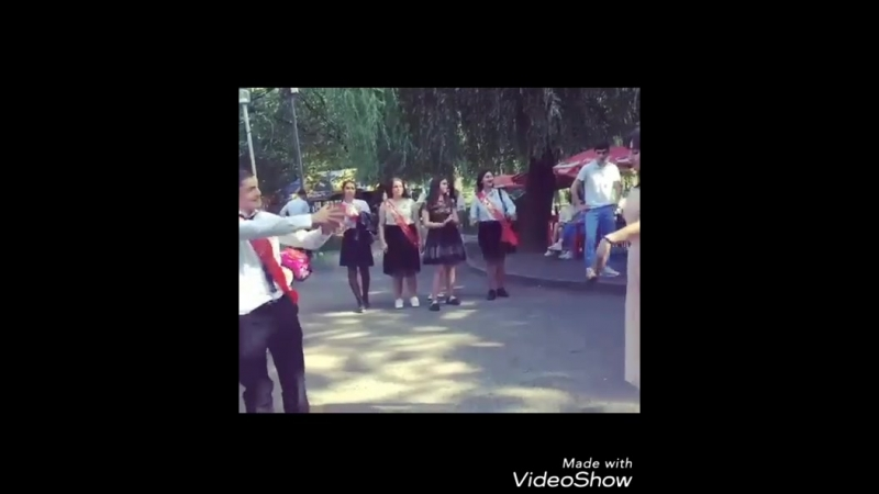 Лезгинка . Владикавказ , выпускники 2018 танцуют лезгинку в парке . Батик зажигает